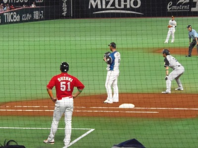 1塁コーチ・広島・鈴木誠也選手.jpg