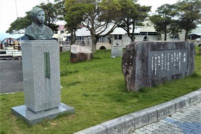 みすゞ胸像と大漁石碑.jpg