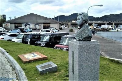 みすゞ胸像と第2駐車場.jpg