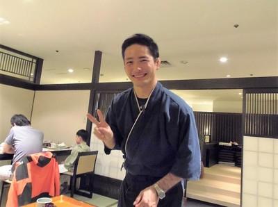 イケメンの料理提供者.jpg