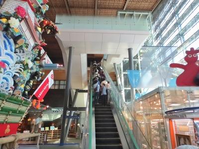 エスカレータで3階展示会場へ.jpg