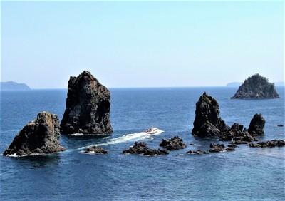 カモメ岩と十六羅漢と青海島観光船.jpg