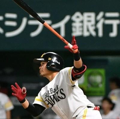 サヨナラ本塁打を放つ吉村.jpg