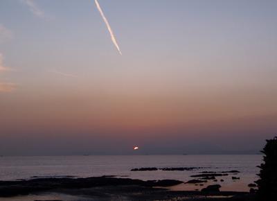 ジェット雲と夕陽.jpg