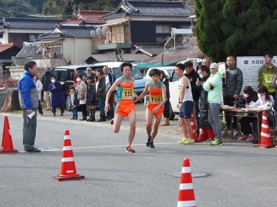 トップ大津緑洋高校陸上部Aタスキ渡し.jpg