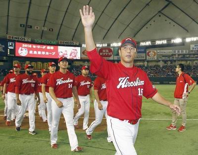 ファンへのお礼・黒田投手とカープ選手.jpg