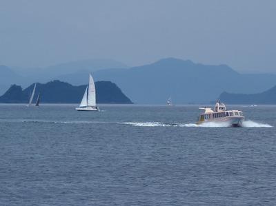 ヨットと青海島観光船.jpg
