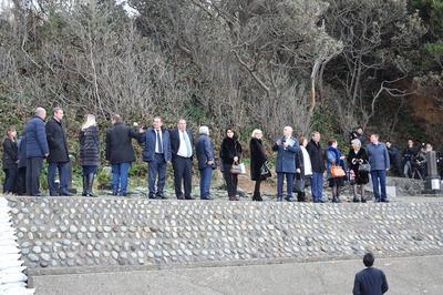 ロシア・ソチ市代表団が日露兵士の墓に到着.jpg