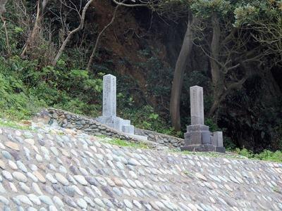 ロシア兵の墓と常陸丸の兵士の墓.jpg