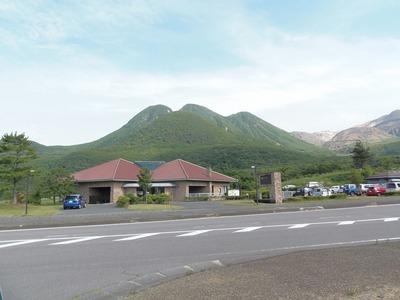 三俣山と長者原ビジターセンター.jpg