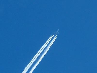 上空にジェット機2.jpg