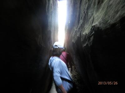 両端が岩ですごく狭い通路.JPG
