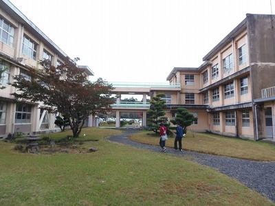 中庭・校舎.jpg
