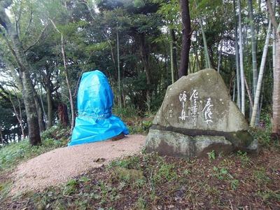 中谷貞女さんの句碑(左)と白潟思月の句碑.jpg