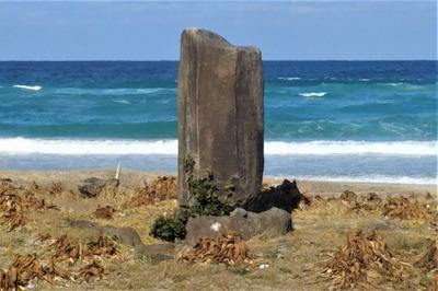 二位局之碑と日本海.jpg