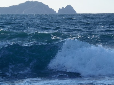 今岬と大波.jpg