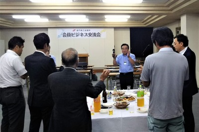 仙崎海産・青村代表の一本締め2.jpg