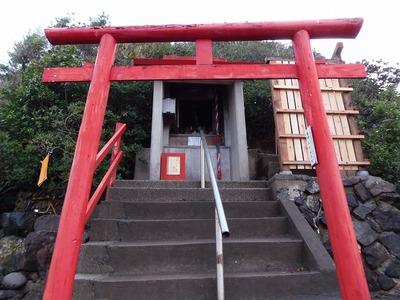 元乃隅稲成神社の鳥居と社殿.jpg