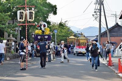 八坂神社前の山車とお神輿.jpg