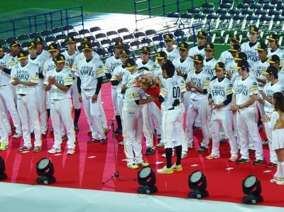 内川選手から花束贈呈.jpg