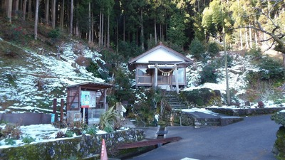 半田弁天湧水汲み場の残雪.jpg