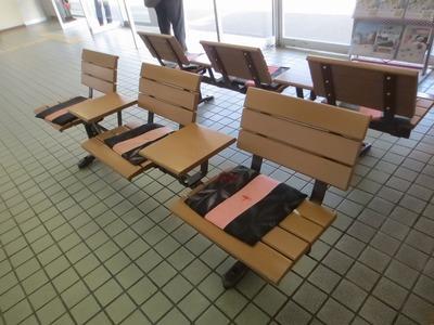 厚狭駅構内のベンチ.jpg