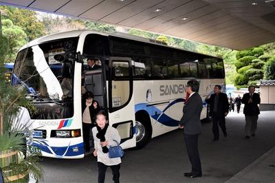 参加者のバス到着.jpg