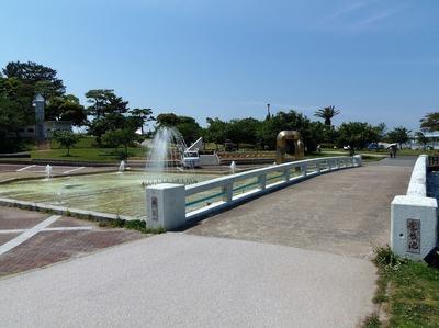 噴水池と彫刻1.jpg