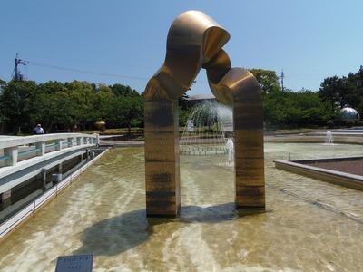噴水池と彫刻2.jpg