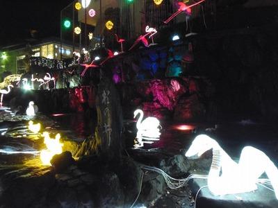 夜のHana館玄関そばのイルミネーション1.jpg
