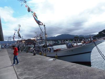 大漁旗を掲げた漁船.jpg
