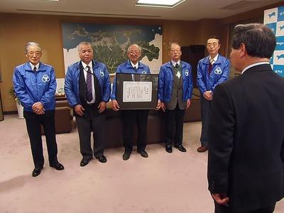 大西市長への受賞報告.jpg