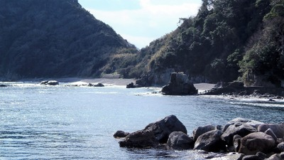 大越の浜と日露兵士の墓碑1.jpg