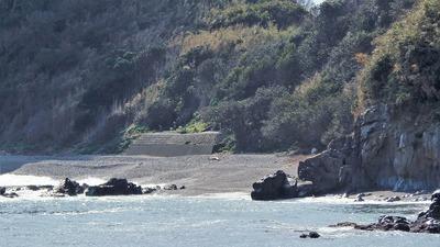 大越の浜と日露兵士の墓碑2.jpg