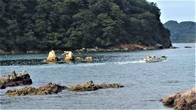 夫婦岩と漁船.jpg