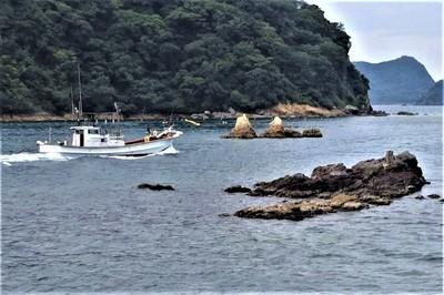 夫婦岩と漁船1.jpg