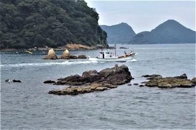 夫婦岩と漁船2.jpg