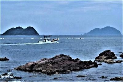 夫婦岩と漁船3.jpg