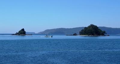夫婦島「鹿島」と漁船.jpg