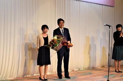 安倍晋三内閣総理大臣と花束贈呈者との記念撮影.jpg