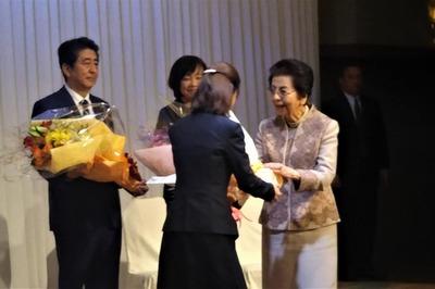 安倍洋子様への花束贈呈.jpg