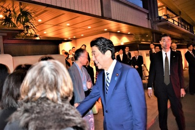安倍総理と握手2.jpg