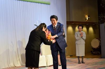 安倍総理への花束贈呈1.jpg