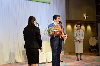 安倍総理への花束贈呈2.jpg