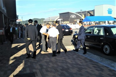 安倍総理センザキッチンに到着3.jpg