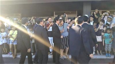 安倍総理ハイタッチや記念撮影2.jpg
