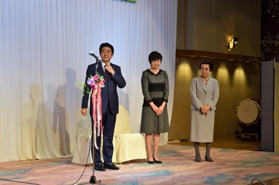 安倍総理・昭恵夫人・総理の母洋子様.jpg