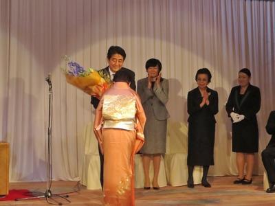 安倍総理大臣へ花束贈呈.jpg