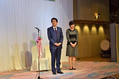 安倍総理夫妻登壇.jpg