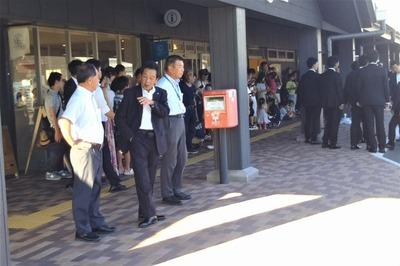 安倍総理待ちの大西市長、吉岡秘書、村田駅長.jpg